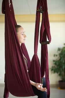 Práctica aérea de yoga