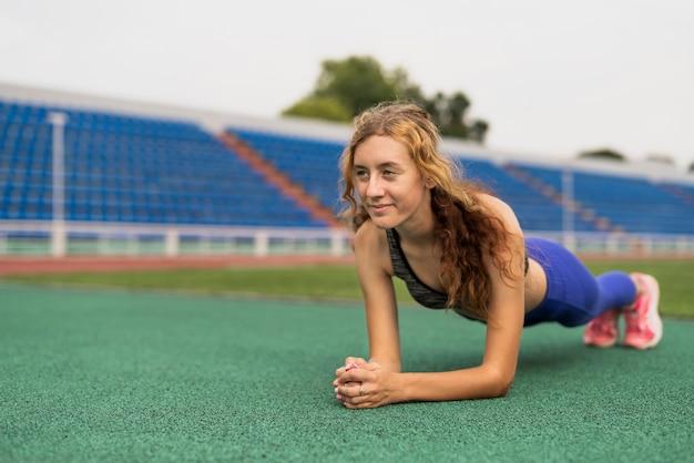 Práctica deportiva mujer en estadio