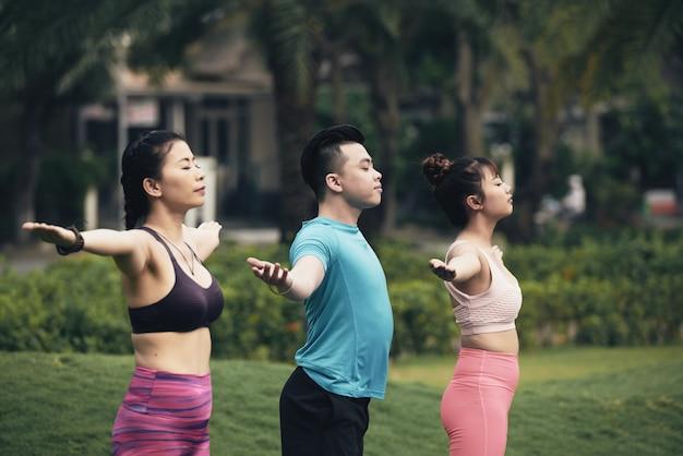 Práctica de yoga al aire libre