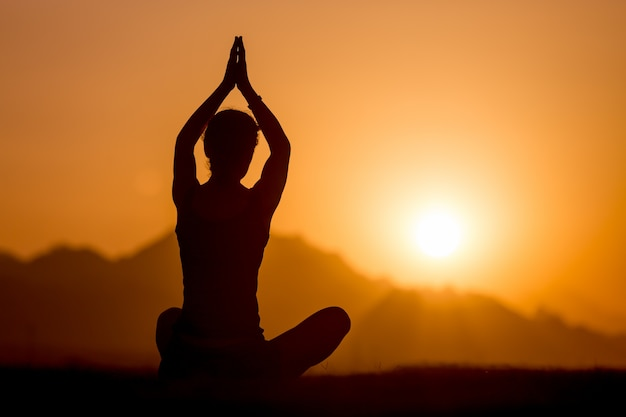 Práctica de yoga en las montañas