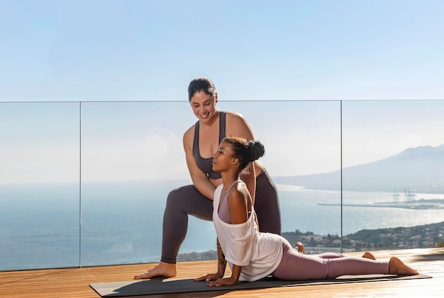 Práctica de yoga con profesor full shot