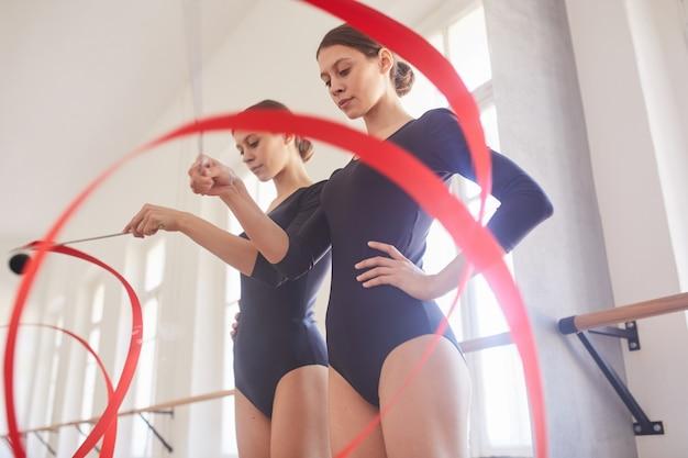 Practicando elemento de baile con cinta gimnástica