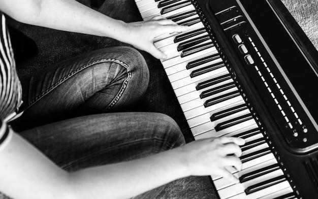 Practicando teclado electrónico en el piso