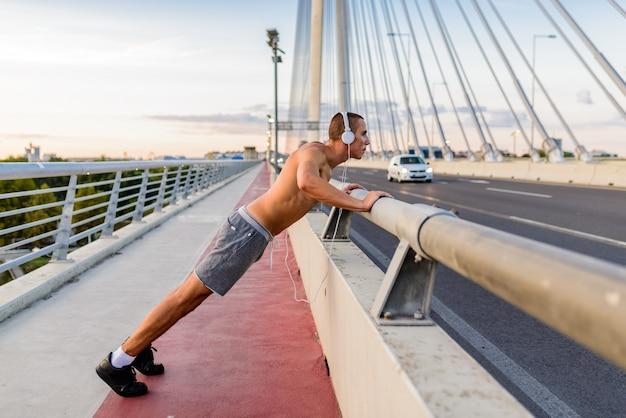Practicante de deportes en el puente.