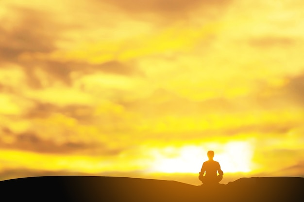Practicante de yoga durante la meditación al atardecer