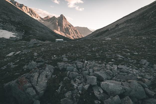 Praderas alpinas y pastos en medio de la cordillera de gran altitud en las puestas de sol. los alpes italianos, famoso destino turístico en verano. imagen tonificada, filtro vintage, tonificación dividida.