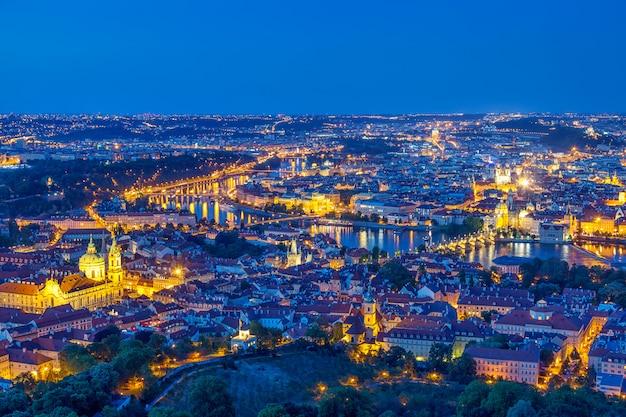 Praga en la hora azul del crepúsculo, vista de puentes en moldava con mala strana, castillo de praga