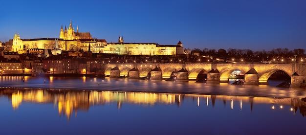 Praga de noche, el puente de carlos y el castillo
