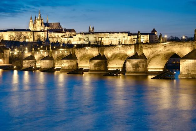 Praga de noche, puente de carlos desde el otro lado del río
