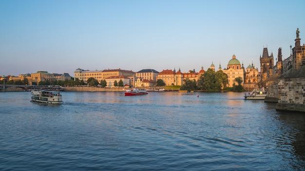 Praga, república checa: vista al río vitava en praga, hermoso día de verano.
