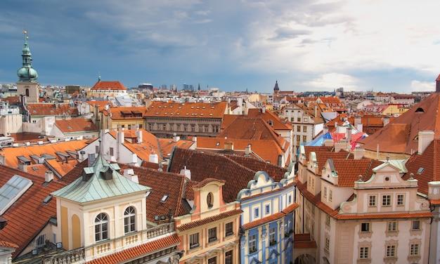 Praga vista desde arriba durante el día con día nublado