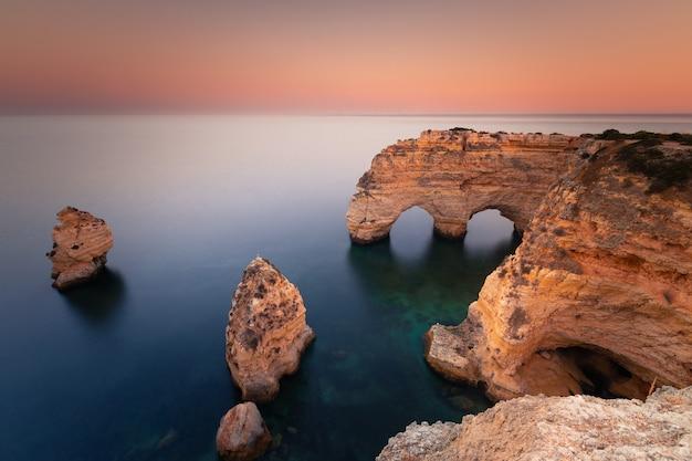 Praia da marinha cala con la famosa formación de corazón de los arcos naturales en algarve, portugal