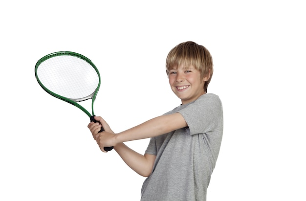 Preadolescente jugando al tenis con raqueta