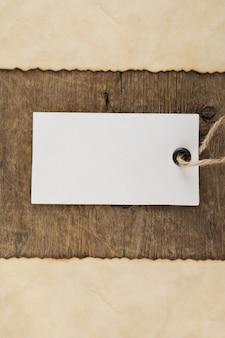 Precio de etiqueta en textura de madera