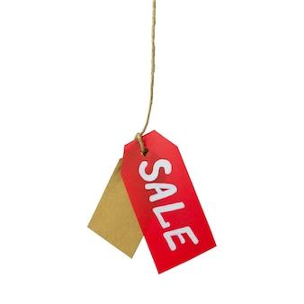 Precio rojo con letras blancas de venta y etiqueta de cartón colgando de una cuerda, aislado sobre fondo blanco.