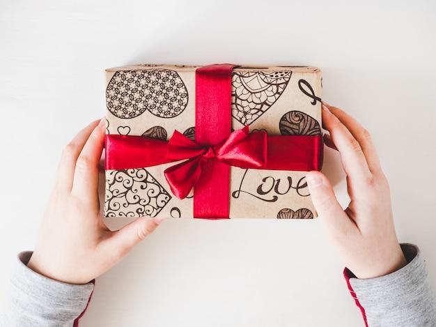 Preciosa caja con un regalo. felicitaciones para los padres