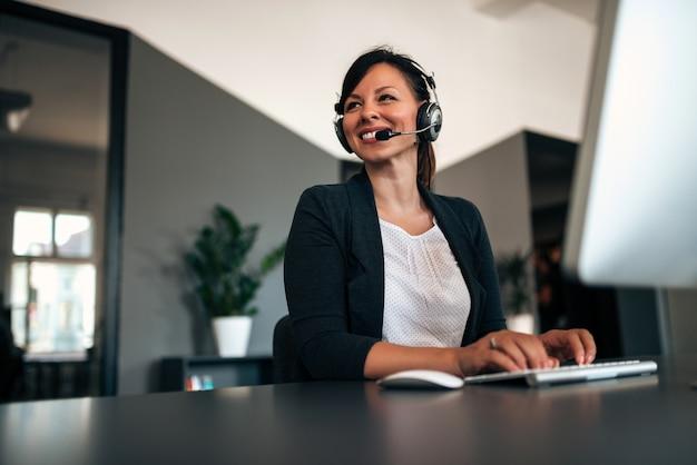 Preciosa consultora de call center en auriculares.