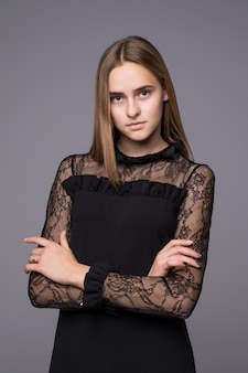 Preciosa modelo femenino aislado sobre fondo de pared gris