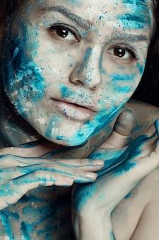 Preciosa modelo con maquillaje creativo.
