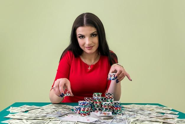Preciosa morena va a hacer una apuesta en el casino