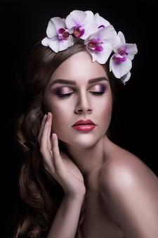 Preciosa morena con pelo largo y corona de flores.