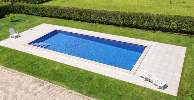 Preciosa piscina en el jardín en el parque.