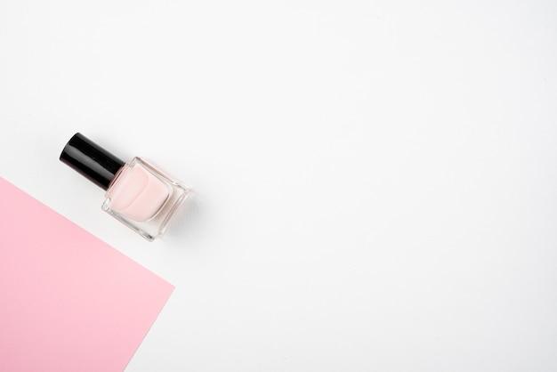 Precioso esmalte de uñas con espacio de copia