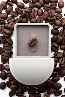 Precioso grano de café en caja de anillo