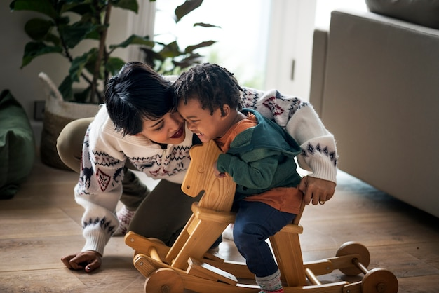 Un precioso momento de madre e hijo.