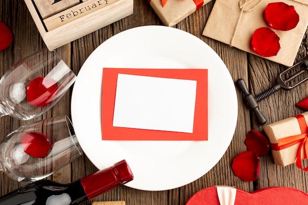 Precioso surtido de cena del día de san valentín con tarjeta vacía