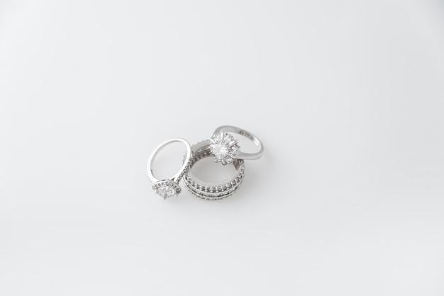 Preciosos anillos de plata con diamantes