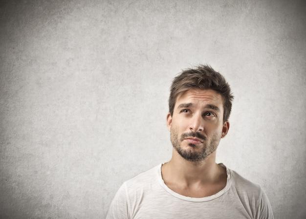 Preguntándose expresión preocupada