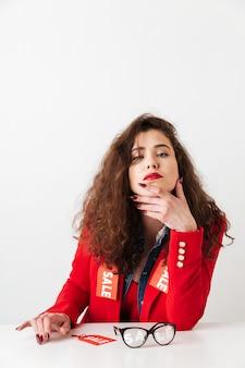 Preguntándose a la mujer moderna con ropa con carteles de venta