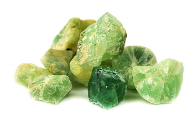 Prehnita mineral para accesorios industriales aislados.