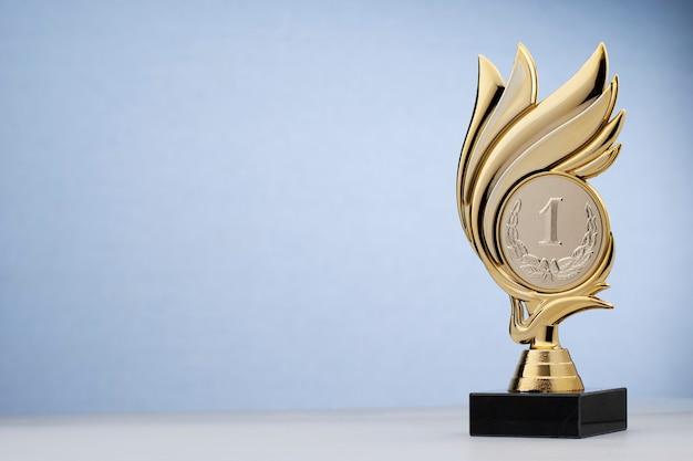 Premio de estatua en forma de corona por ganar el primer lugar