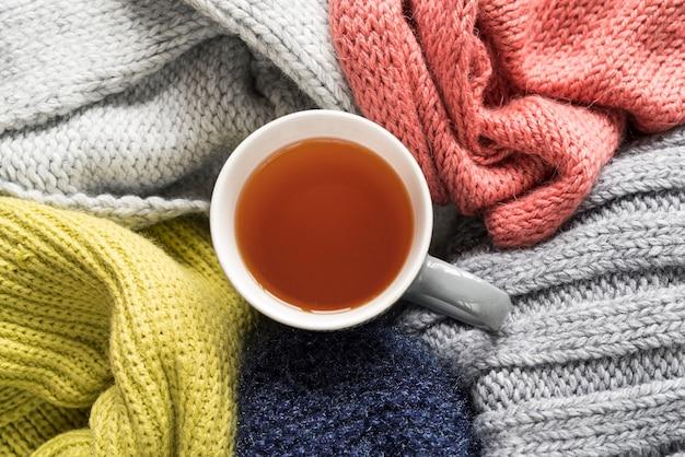 Prendas de punto de colores y taza de té.