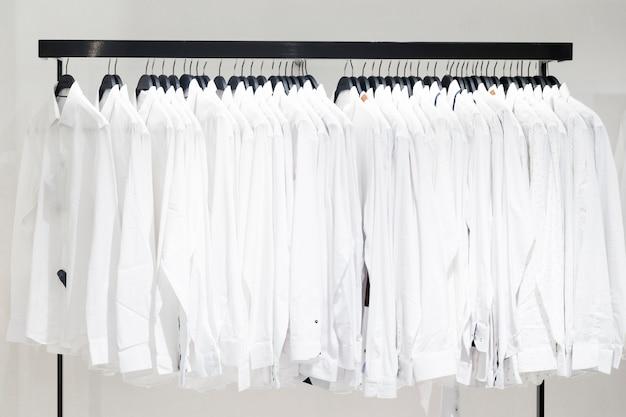 Prendas de ropa en una tienda