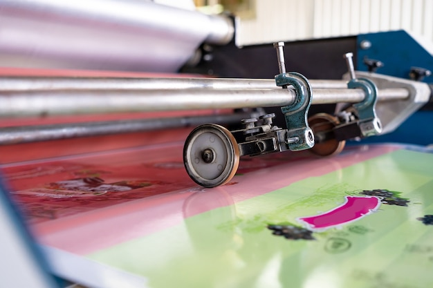 Prensa de impresión imprenta máquina offset. la prensa offset es una máquina de impresión diseñada para producir reproducciones de alta calidad.