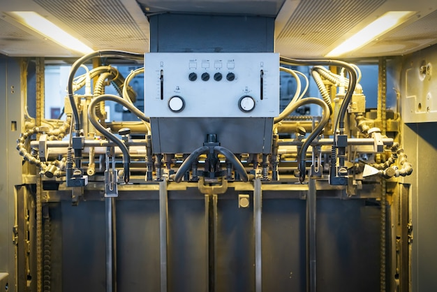 La prensa offset en el proceso de producción está en la fábrica de impresión.