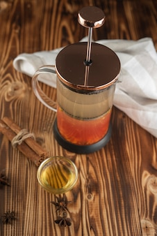 Prensa de té con miel y tela.