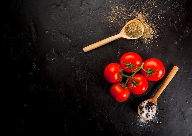 Preparación de alimentos de fondo con especias y tomates