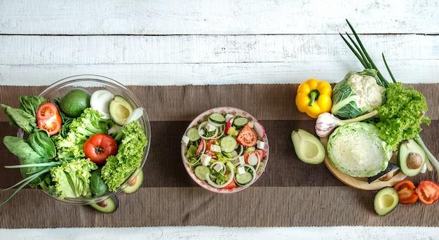 Preparación de alimentos saludables a partir de productos orgánicos en la mesa.