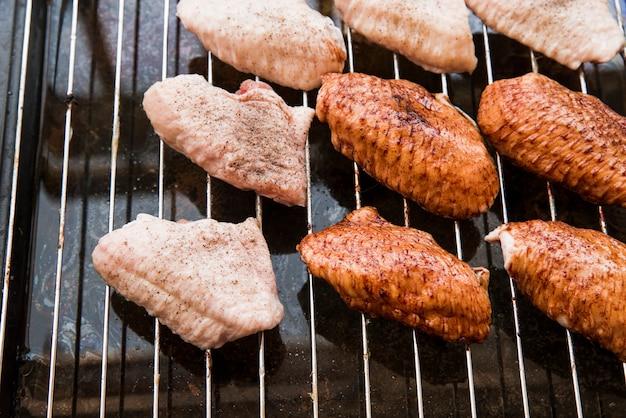Preparación de alitas de pollo sobre rejilla metálica.