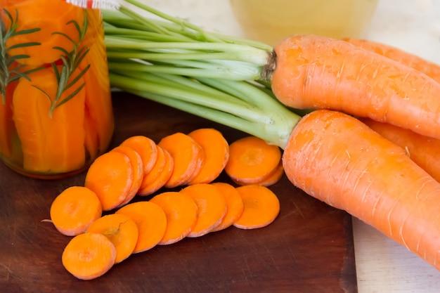 Preparación artesanal de decapado de zanahorias orgánicas frescas Foto Premium