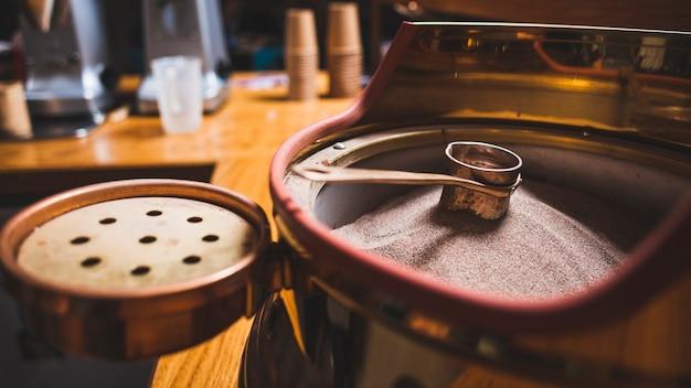 Preparación de café en cezve sobre arena caliente en la cafetería.