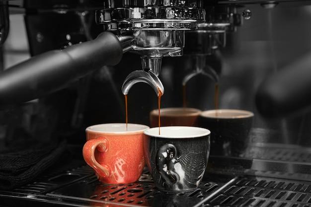 Preparación de café con máquina y tazas.