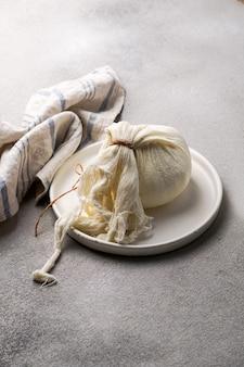 Preparación casera de requesón a partir de yogur griego.