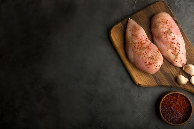 Preparación de cocción de pechuga de pollo con especias