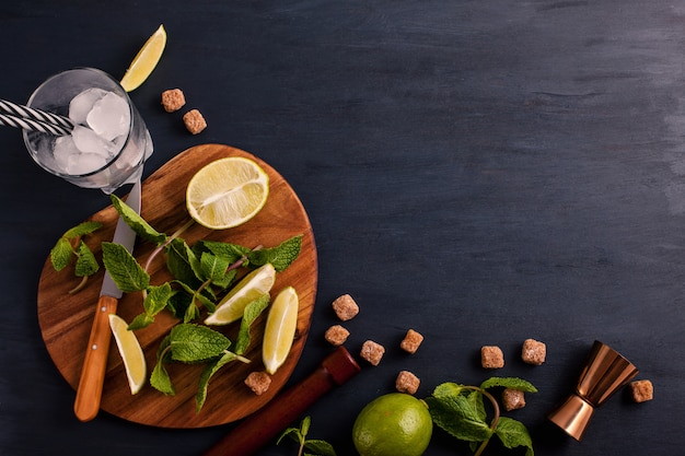 Preparación de cóctel mojito. bar utensilios e ingredientes