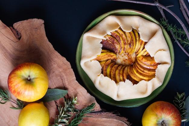 Preparación del concepto de alimentos para la corteza de mantequilla casera de galette de tarta de manzana orgánica